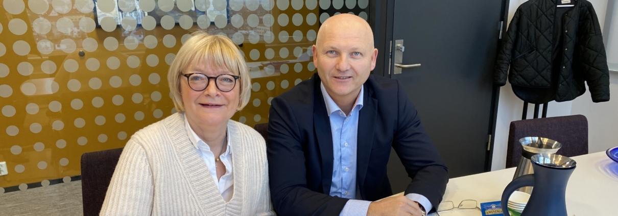 God tone når Berit Rokne (rektor HVL) og Arve Varden (AD Helse Førde) signerer den overordna avtala for samarbeid mellom desse to institusjonane.